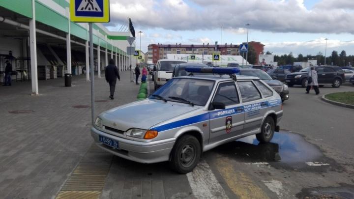 Машина полицейских на зебре вызвала скандал в соцсетях