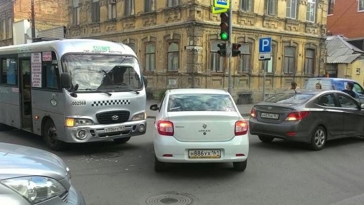 Маршрутка протаранила  иномарку в центре Ростова