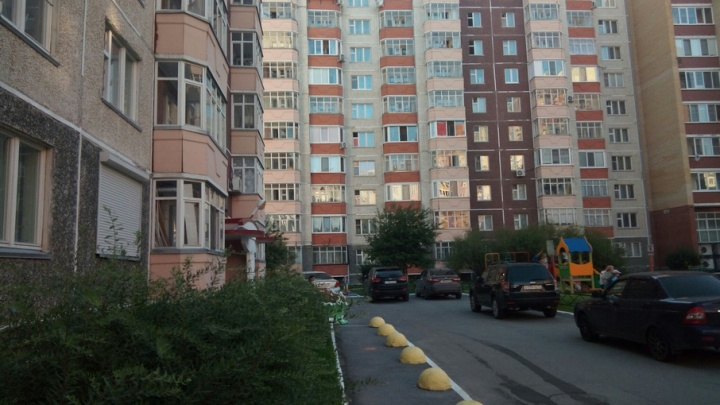Тюменка требует снести три заселенные десятиэтажки, построенные на ее земле