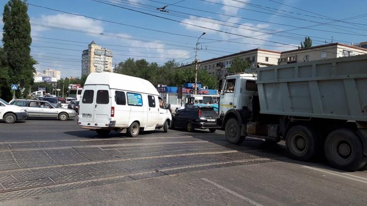 Авария на электросетях обесточила центр Волгограда и вывела из строя светофоры