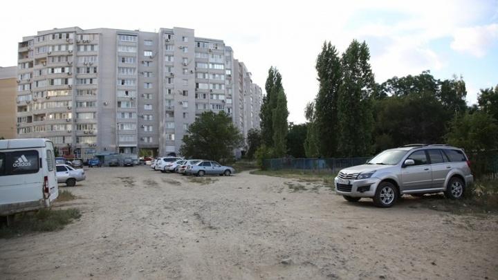 В центре Волгограда на пустыре рядом с высоткой появится парковая зона