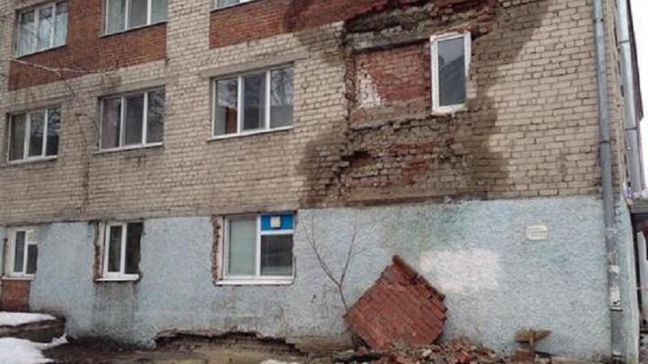 Из-за возможного обрушения жильцов пятиэтажки на Геологоразведчиков срочно эвакуируют