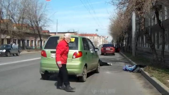 Детей раскидало, как кегли: видео, как пенсионерка в Рыбинске сбила двух девочек