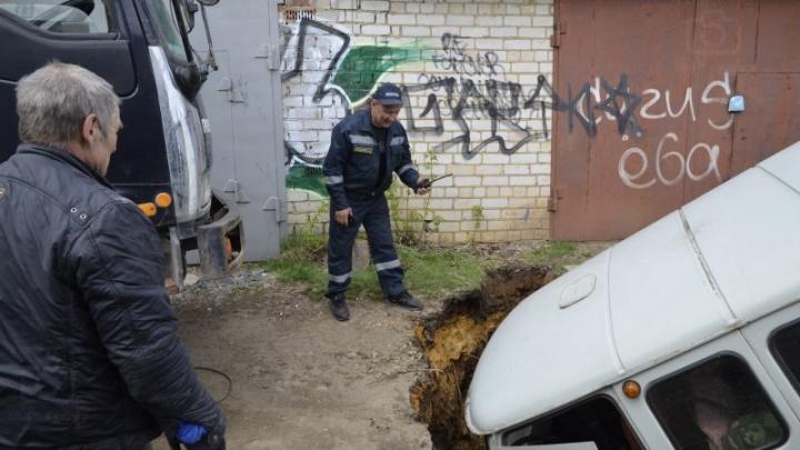В Кунгуре автомобиль провалился под землю