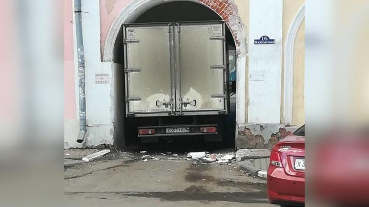 В центре Ярославля «Газель» застряла в арке и разрушила стену