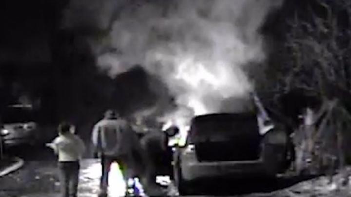 Облил «горючкой»: на видео попал момент поджога автомобиля «Веста»