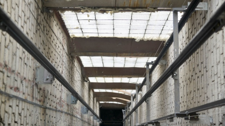 В девятиэтажке на юге Волгограда загорелась шахта лифта