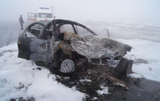 Под Сызранью на трассе столкнулись фура и «БМВ»: легковушка сгорела
