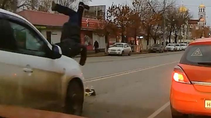 Отлетел на три метра: появилось видео момента ДТП, где автоледи сбила пешехода