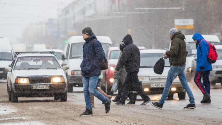 Без машин и тяжелых сумок: в Волгоградской области объявили штормовое предупреждение