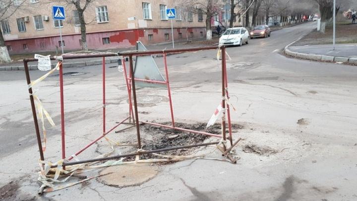Коммунальщики забыли о ямах и заборах на перекрестке в центр Волгограда