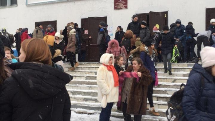 В Тюмени из-за подозрительной коробки эвакуировали школу №62