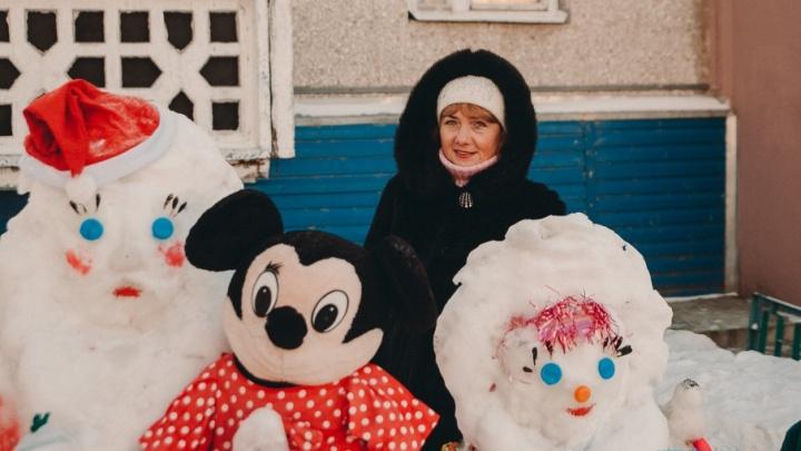 Бухгалтер устроила выставку снеговиков в палисаднике у тюменской многоэтажки