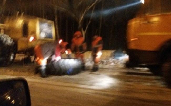 На проспекте-убийце за Волгой проткнул колесо снегоуборочный трактор