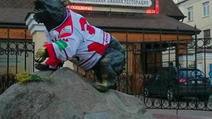 Похолодало: в Ярославле бронзового медведя одели в хоккейный свитер