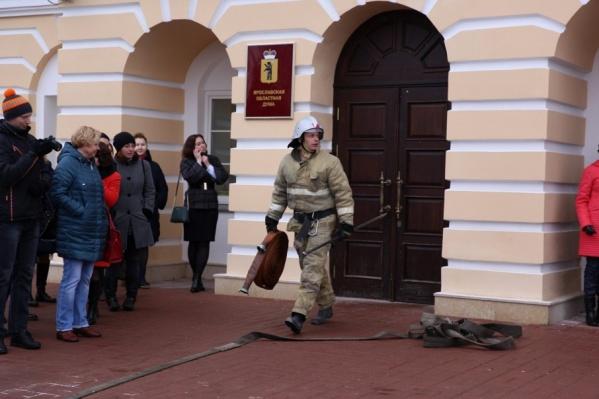 Депутатов вывели на улицу