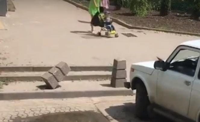 В Ростове горе-водитель снес декоративные столбики перед тротуаром на Пушкинской