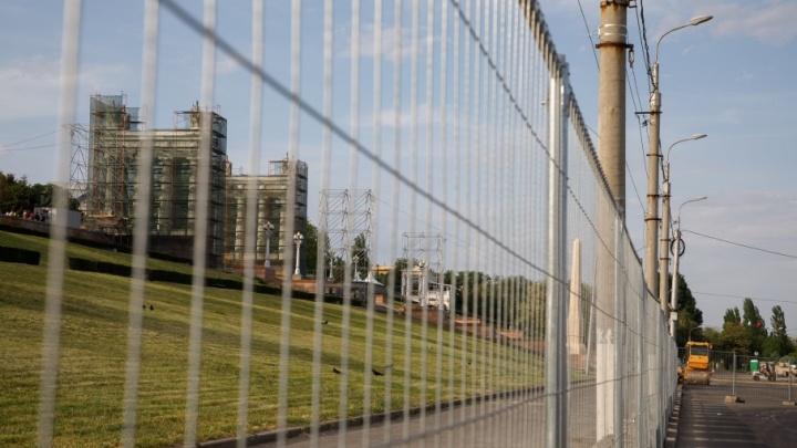 На закрытую Центральную набережную Волгограда завезли 70 тонн металлоконструкций