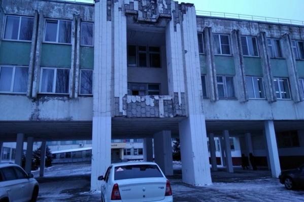 С фасада здания школы № 99 отвалилась плитка