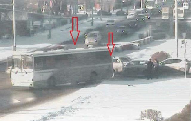 На перекрестке Космонавтов и Подлесной столкнулись автобус и легковушка