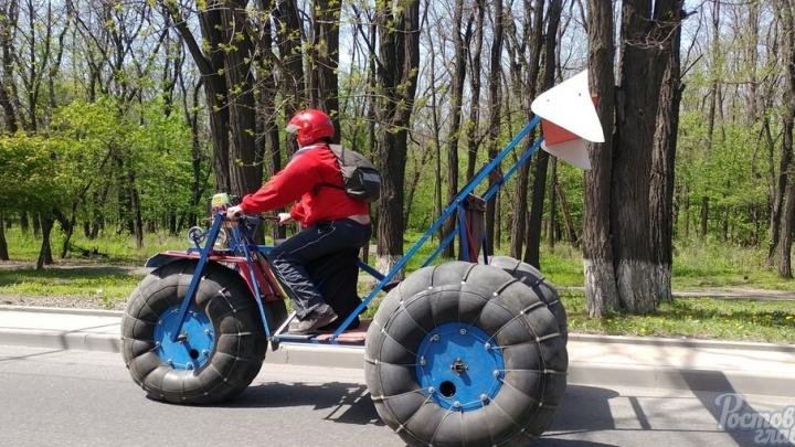 В Ростове появился байкер на странном самодельном мотоцикле