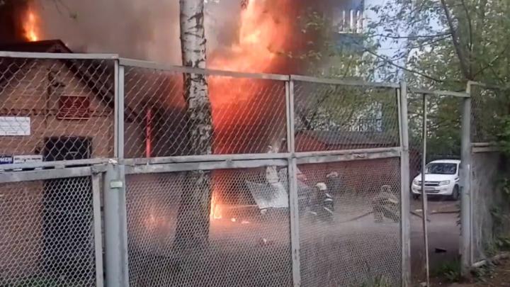 В Перми сгорел автосервис: погиб мужчина