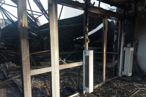 Огонь уничтожил весь товар, находившийся в магазине и на складе