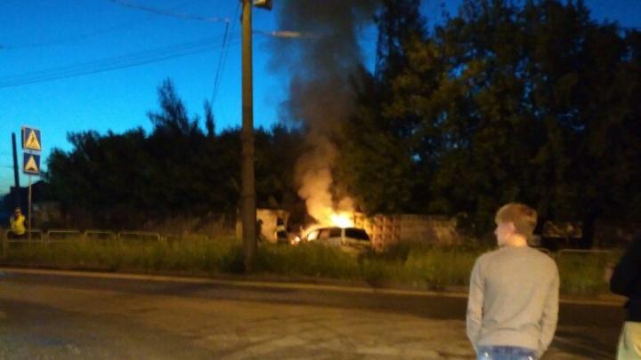 В Челябинске загорелась иномарка, на которой лихач влетел в забор