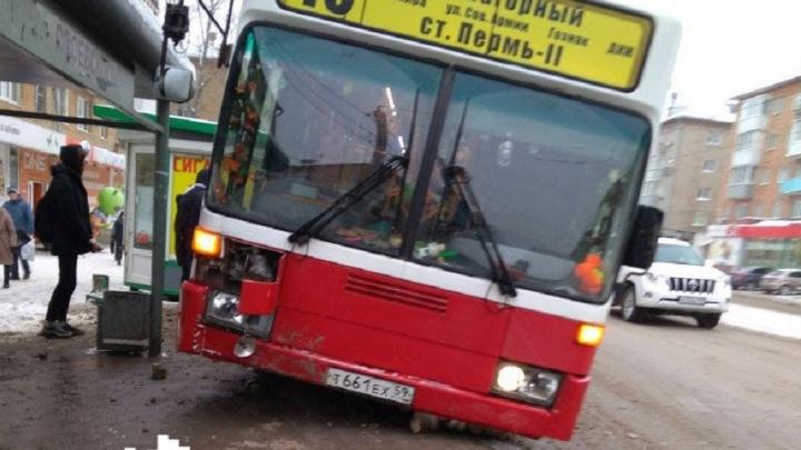 «Колесом заехал на бордюр»: в Перми наказали водителя автобуса, который снес дорожный знак у остановки