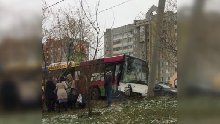 «Пассажиры помогали друг другу выбраться»: в Перми в автобусе, въехавшем в столб, пострадали две женщины