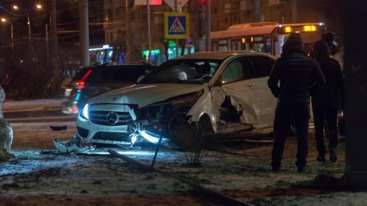 В центре Волгограда дорогая иномарка протаранила пешеходный переход