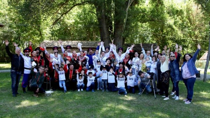 Артисты волгоградского НЭТа показали своих детей на флешмобе к чемпионату мира