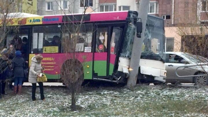 В центре Перми пассажирский автобус врезался в столб