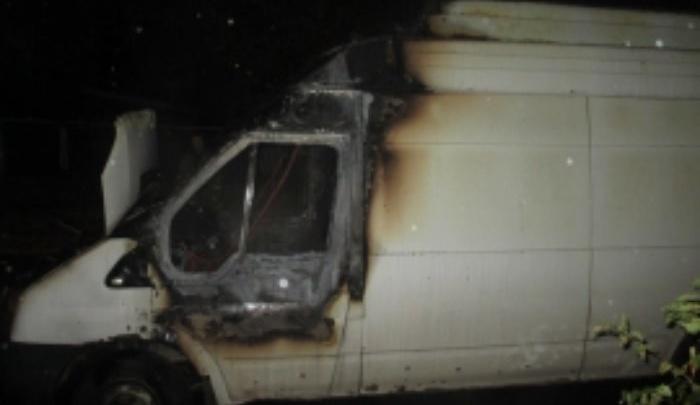 В Ярославле ночью сгорел микроавтобус