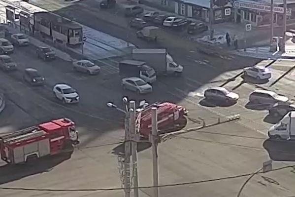 Легковой автомобиль выехал на перекрёсток, будто не замечая пожарной машины
