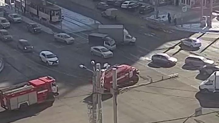 На северо-западе Челябинска столкнулись пожарная машина и легковушка