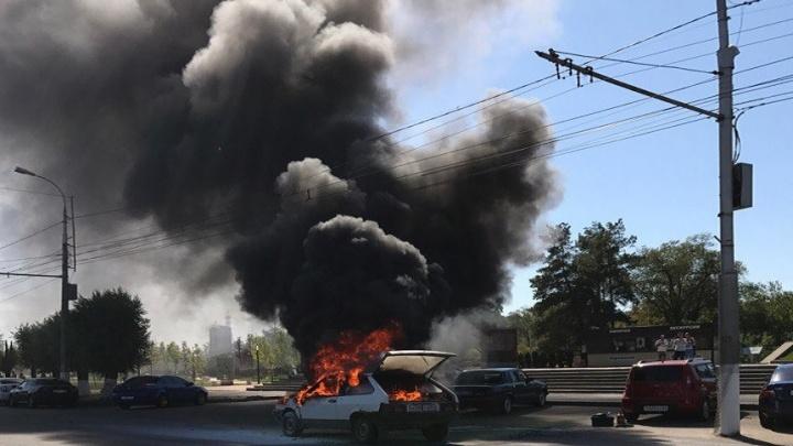 У Мамаева кургана в Волгограде полностью выгорела «восьмерка»
