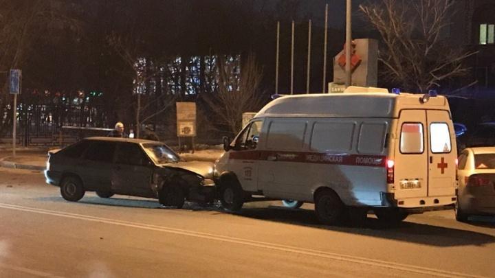 На Холодильной столкнулись две легковушки: одна из машин от удара отлетела в скорую
