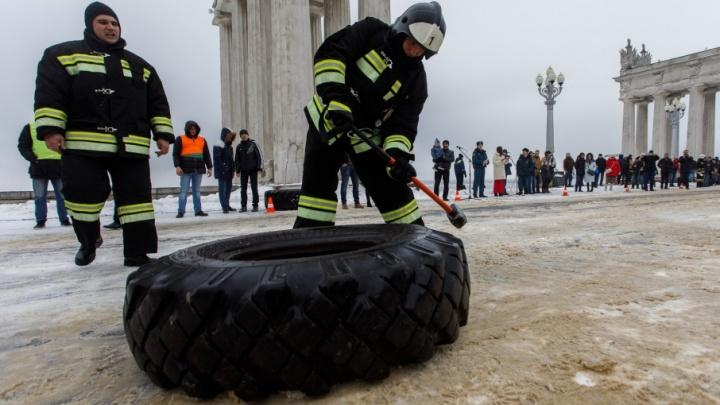 Волгоградские спасатели вытянули из снега двухтонные «Патриоты»
