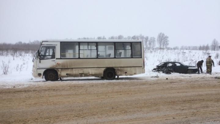 На трассе столкнулись легковушка и автобус: водителя из машины доставали спасатели