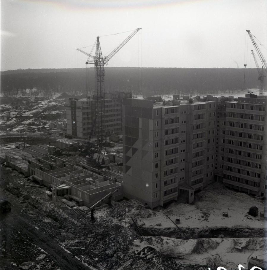 29 октября 1980 года, в день рождения Комсомола, в фундамент МЖК был заложен первый камень. В 1981 году уже был готов первый дом, в 1982-м — второй и третий.