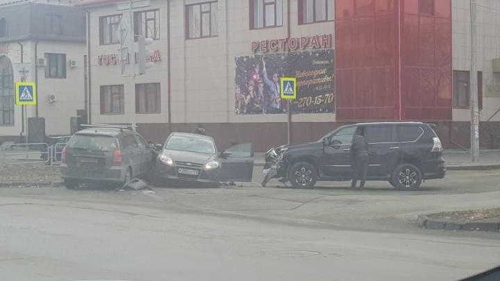 «На месте скорая и реанимация»: в районе сквера в Челябинске столкнулись три иномарки