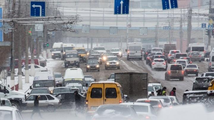 На заснеженных дорогах Волгограда случился аварийный бум