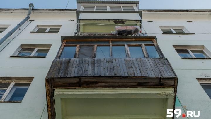 Жильцы дома, с которого на ребенка упала глыба льда: «Снега на крыше было много, вода текла в квартиры»