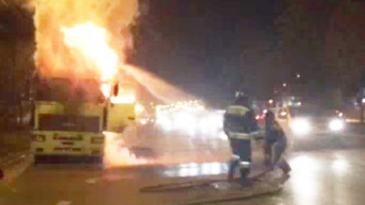 Напротив пожарной части в Челябинске сгорела фура