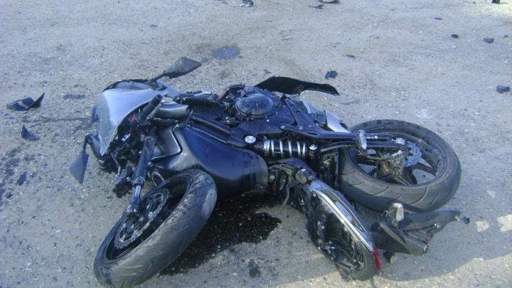 Иномарка против мотоциклиста: одного из водителей увезли на скорой
