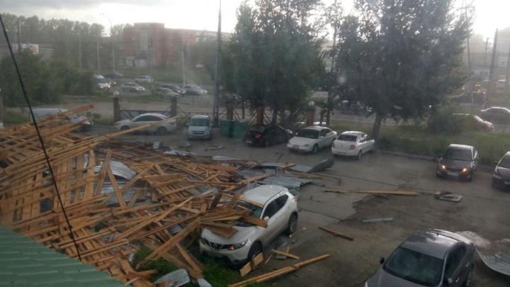 Появилось видео урагана в Самарской области: с офисного здания снесло крышу