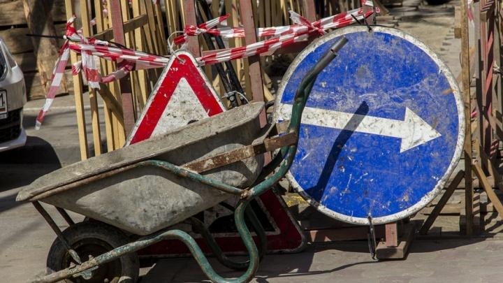 В Ростове на Социалистической возле канализационного люка провалился асфальт