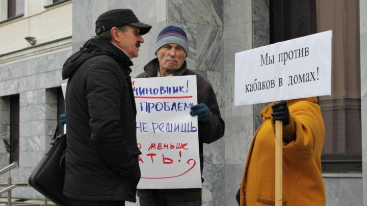 В Самаре митингующие против продажи алкоголя с 8:00 до 23:00 перекрыли вход в губдуму