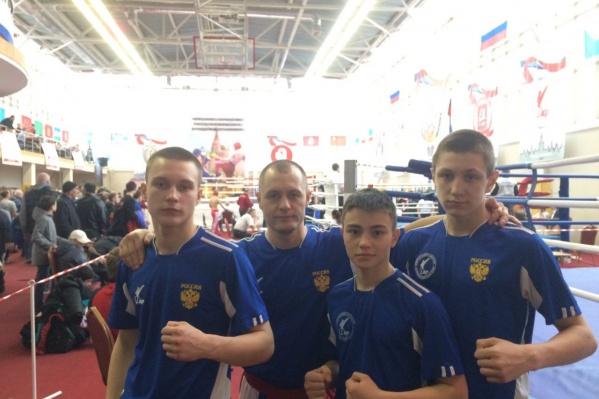 Данил Худяков с тренером (в центре), Тарас Коновалов и Тимофей Антонов.